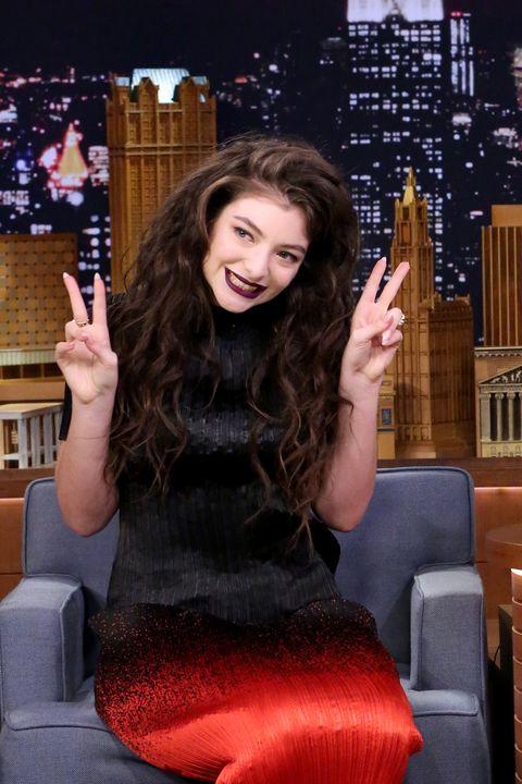 Finger, Hairstyle, Hand, Sitting, Beauty, Long hair, Black hair, Thumb, Thigh, Waist,