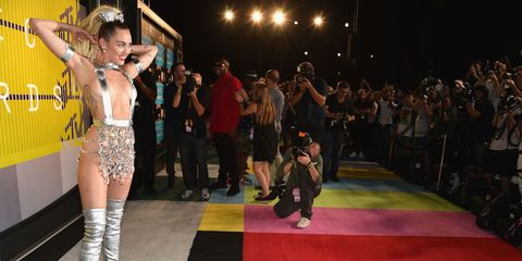Flooring, Crowd, Thigh, Public event, Audience, Carpet, Boot, Makeover, Red carpet,