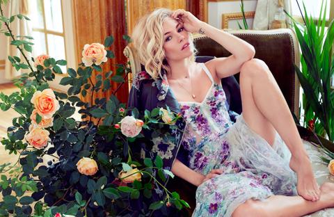 Plant, Petal, Flower, Dress, Sitting, Flowering plant, Beauty, Day dress, Rose family, Rose order,