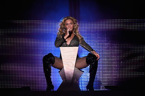 Shoe, Human leg, Stage, Knee, Thigh, Electric blue, Talent show, Television program, Boot, Singing,