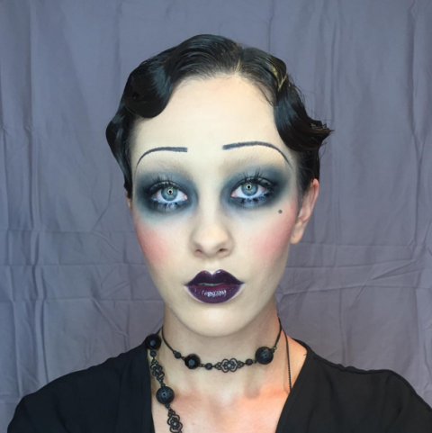 "<p>Transform yourself into a Roaring Twenties siren with pearlescent smoky eyes, ultra-skinny brows, and a dark violet pout with a prominent cupid's bow.</p><p>Makeup by <a href=""https://instagram.com/p/7cd-wCxIRo/?taken-by=aleciamakeupartistry"" target=""_blank"">@aleciamakeupartistry</a><span class=""redactor-invisible-space""><a href=""https://instagram.com/p/7cd-wCxIRo/?taken-by=aleciamakeupartistry""></a></span></p>"