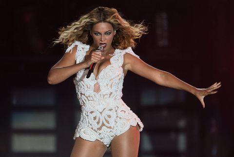 Arm, Microphone, Performing arts, Entertainment, Hand, Audio equipment, Music artist, Performance, Singing, Artist,
