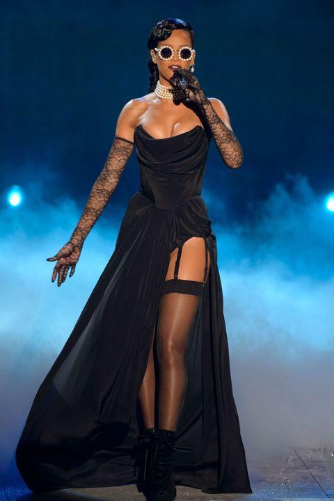 Human body, Entertainment, Performing arts, Microphone, Music artist, Dress, Performance, Fashion, Singing, Singer,