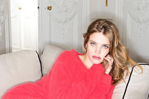 Lip, Comfort, Room, Eyelash, Interior design, Beauty, Door, Brown hair, Molding, Sweater,