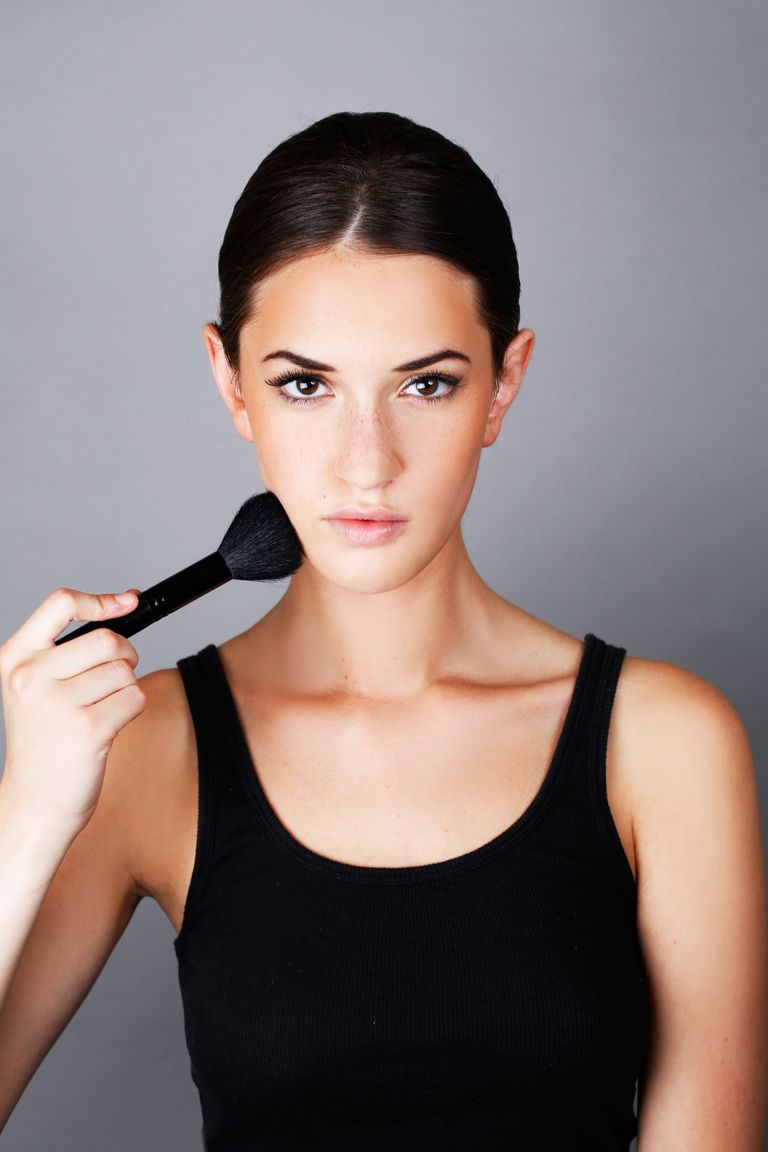 How To Apply Bronzer To Your Face For A Natural Glow
