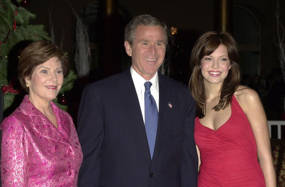 "Mandy Moore With George W. Bush Mandy Moore appeared with President Bush and the FLOTUS at TNT's annual holiday spectacular, ""Christmas in Washington,"" in 2001 (for which she chose an appropriately festive red dress). She starred in the romantic comedy classic The Princess Diaries and released her self-titled third album that same year."