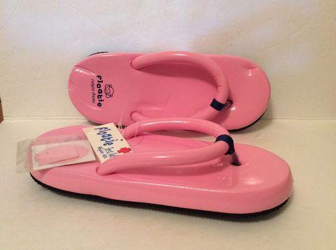 "<p>SO. SQUISHY.</p><p><em><a href=""http://www.ebay.com/itm/Para-mujer-Talla-9-10-Sugar-Shoes-flotadores-Flip-Flops-Tamano-Grande-9-10-nuevo-raro-duro-encontrar-/141921011109?_ul=AR&nma=true&si=6CISscImlsGf%252BWX7hci%252F%252FtBeFYo%253D&orig_cvip=true&rt=nc&_trksid=p2047675.l2557"">Ebay</a></em></p>"