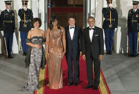 WASHINGTON, DC - OCTOBER 18:  Agnese Landini, First Lady Michelle Obama, Italian Prime Minister Matteo Renzi and President Barack Obama enter the White House for the State Dinner on October 18, 2016 in Washington, DC.  (Photo by Leigh Vogel/WireImage)