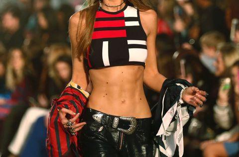 Navel, Waist, Abdomen, Stomach, Trunk, Thigh, Long hair, Fashion model, Brown hair, Audience,
