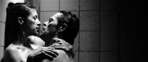 """<p> ¡Lars von Trier ataca de nuevo! La película del director de 2009 <em data-redactor-tag = """"em"""" data-verified = """"redactor""""> Antichrist </ em> protagonizada por Willem Dafoe y Charlotte Gainsbourg, y aunque supuestamente usaron dobles del cuerpo, el sexo definitivamente no está simulado. (Nota: esta película fue muy controvertida para escenas de mutilación vaginal, pero por otro lado Gainsbourg ganó la Mejor Actriz en el Festival de Cine de Cannes 2009). </ P>"""