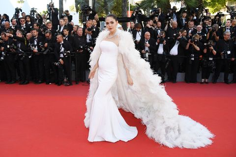 <p>I-con-ic. She's in Ralph &amp; Russo Couture and out to prove that pregnant women ought not settle for whatever still fits them—they can and should go for body-con white, a freaking full-length ostrich cape, and crystals galore.&nbsp;</p>