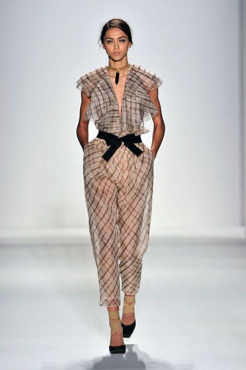 Sleeve, Shoulder, Fashion show, Joint, Style, Fashion model, Runway, Waist, Fashion, Neck,