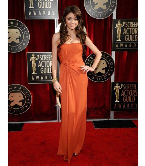 Dress, Shoulder, Red, Flooring, Style, Carpet, Formal wear, Logo, Fashion accessory, Waist,