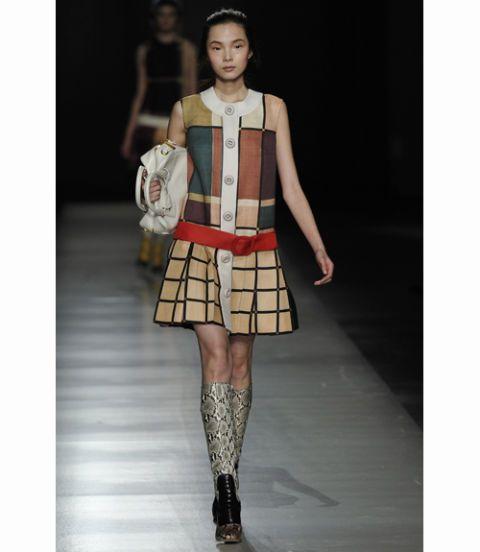 Clothing, Leg, Sleeve, Shoulder, Human leg, Joint, Style, Knee, Waist, Pattern,