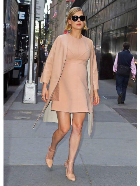 Clothing, Eyewear, Footwear, Leg, Shoulder, Human leg, Joint, Outerwear, Standing, Style,