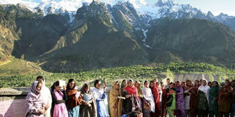 women in pakistan praying