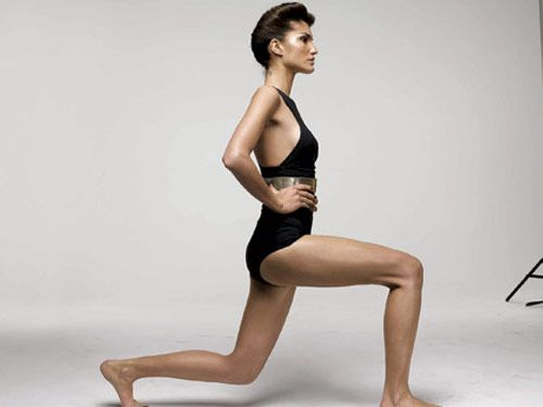 model doing a reverse lunge
