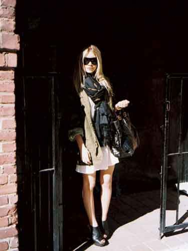 Ashley Olsen cover shoot; Leaving Richard Avedon's old studio after the shoot, carrying one of her fave bags, a Fendi.
