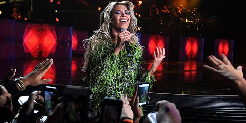 beyonce visits karaoke bar and sings with drunk girls because she is wonderful