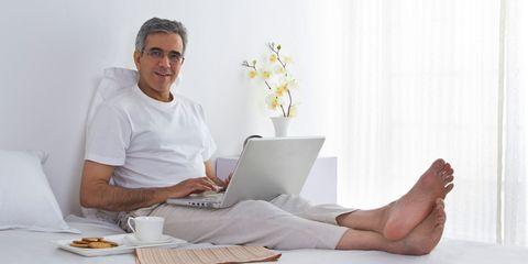 Electronic device, Laptop part, Serveware, Comfort, Laptop, Computer, Sitting, Toe, Tableware, Dishware,