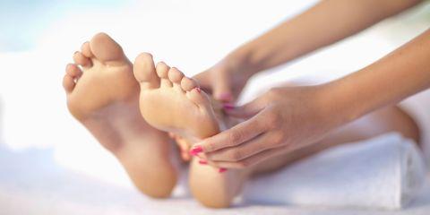 Toe, Finger, Skin, Barefoot, Joint, Human leg, Nail, Foot, Organ, Comfort,