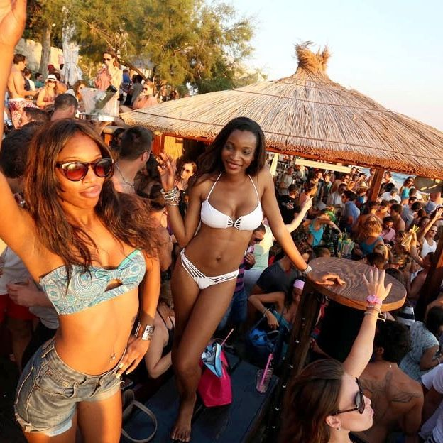 Eyewear, Arm, Vision care, People, Tourism, Leisure, Crowd, Summer, Hat, Brassiere,