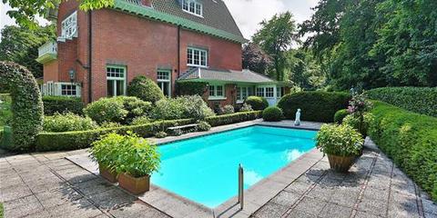 Grass, Plant, Window, Swimming pool, Property, Residential area, Real estate, Landscape, Shrub, Neighbourhood,