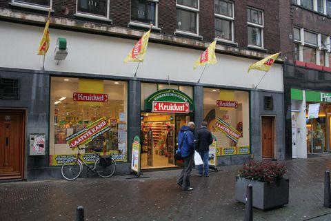 Window, Bicycle frame, Bicycle tire, Bicycle wheel, Flowerpot, Flag, Door, Sidewalk, Trade, Bicycle,