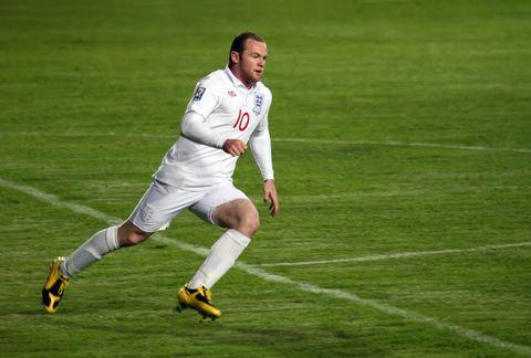 Grass, Sports uniform, Jersey, Sport venue, Shoe, Sportswear, Soccer player, Sock, Human leg, Ball game,
