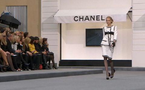 Leg, Style, Fashion, Street fashion, Grey, Knee, Snapshot, Calf, Umbrella, Fashion design,