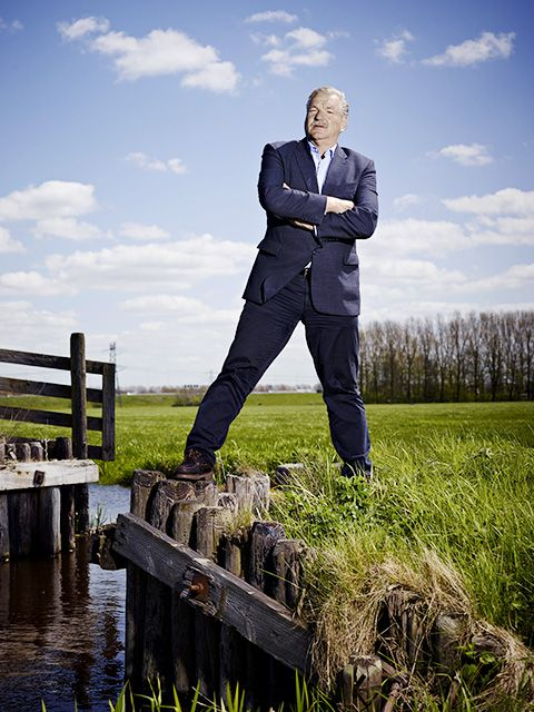 People in nature, Suit, Water, Grass, Sky, Formal wear, Photography, Grass family, Cloud, Businessperson,