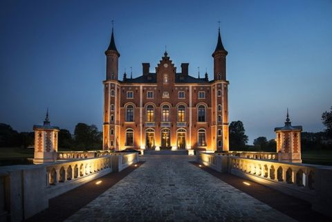 Landmark, Building, Château, Architecture, Sky, Palace, Castle, Medieval architecture, Stately home, Night,