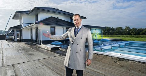 Trench coat, Outerwear, House, Coat, Photography, Roof, Suit, Uniform, Family car,