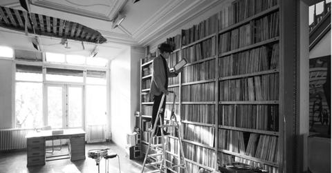Nu Zijn Plafond Naar Beneden Is Gepleurd Zet Jules Deelder