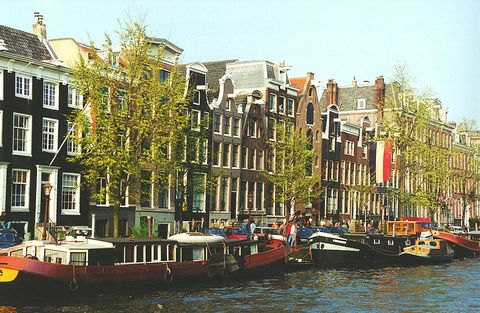 Canal, Water transportation, Waterway, Channel, Mixed-use, Neighbourhood, Town, Architecture, Boat, Vehicle,