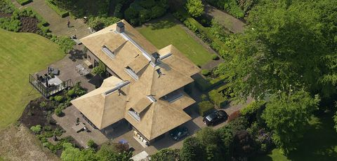 Aerial photography, Landscape, Tree, Land lot, Residential area, Roof, Bird's-eye view, Garden, Suburb, Lawn,