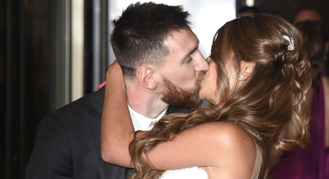 Ear, Hairstyle, Forehead, Coat, Kiss, Romance, Love, Suit, Interaction, Bride,