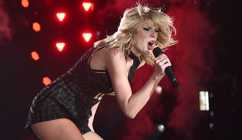 Performance, Entertainment, Music artist, Singer, Microphone, Singing, Performing arts, Blond, Music, Pop music,