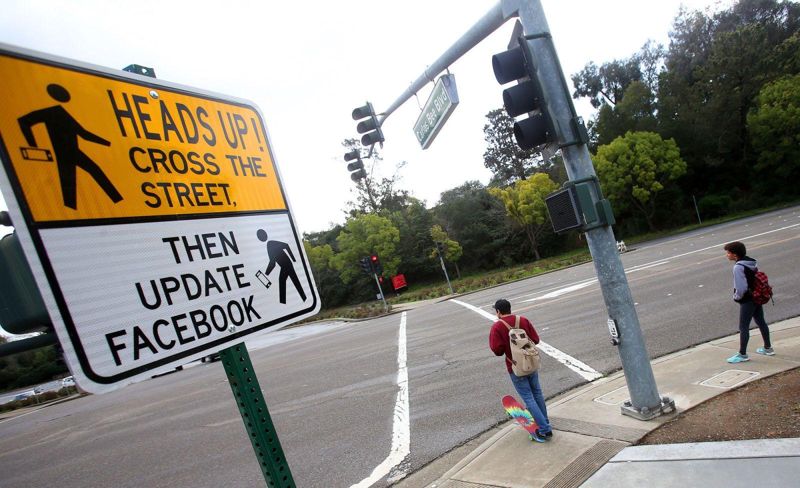 California Street Signs Tell Pedestrians to 'Cross the Street, Then Update Facebook'