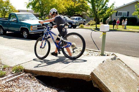 Tire, Wheel, Bicycle tire, Bicycle wheel, Bicycle frame, Bicycle wheel rim, Bicycle fork, Bicycle handlebar, Land vehicle, Vehicle,