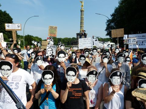 Crowd, Hat, Headgear, Pole, Public event, Street light, Protest, Rebellion,