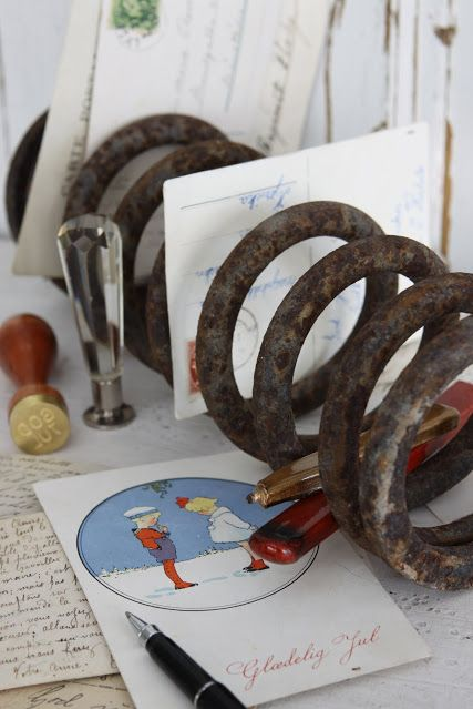 """The spaces between each ring of a coil spring can easily be used to file papers on your desk.   Learn more at <a target=""""_blank"""" href=""""http://sjarmerendejul.blogspot.com/2009/10/bildeler.html"""">Hannas Sjamerende Jul</a>."""