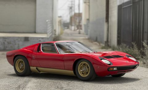 <p>Particularly in top-tier SV form, this Lambo very nicely wears a color scheme traditionally seen on Ferraris.</p>