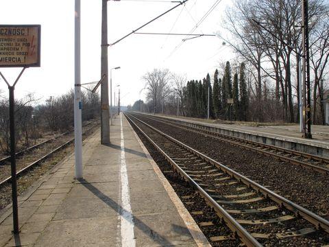 Track, Line, Parallel, Signage, Pole, Iron, Sign, Symmetry, Railway, Public utility,