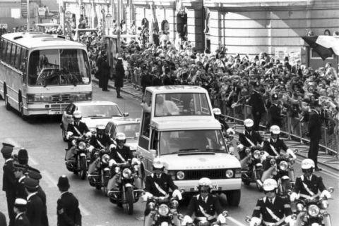 Clothing, Motor vehicle, Mode of transport, Land vehicle, People, Vehicle, Bus, Transport, Classic car, Crowd,