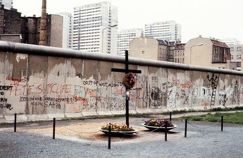 Neighbourhood, City, Tower block, Urban area, Building, Graffiti, Wall, Metropolitan area, Condominium, Street art,