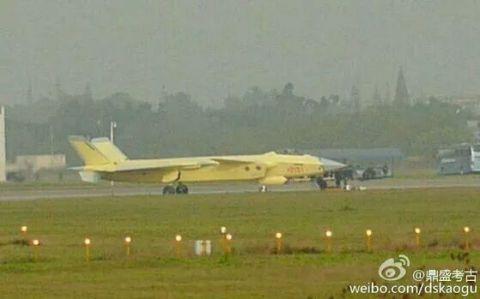 Airplane, Mode of transport, Yellow, Aircraft, Atmosphere, Plain, Atmospheric phenomenon, Runway, Aviation, Aerospace engineering,