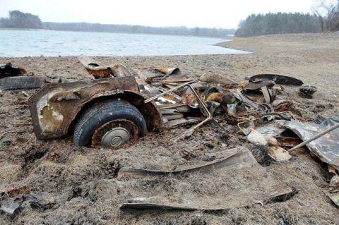 Coastal and oceanic landforms, Automotive tire, Shore, Fender, Scrap, Bank, Coast, Auto part, Soil, Automotive wheel system,