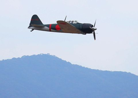 Airplane, Aircraft, Mountainous landforms, Propeller-driven aircraft, Propeller, Aviation, Flight, Hill, Slope, Propeller,