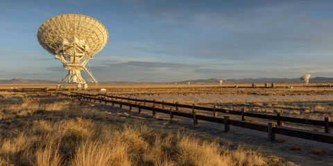 Telecommunications engineering, Plain, Antenna, Horizon, Grassland, Ecoregion, Technology, Radar, Cellular network, Radio telescope,